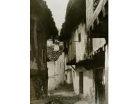 Calle típica y fuente pública