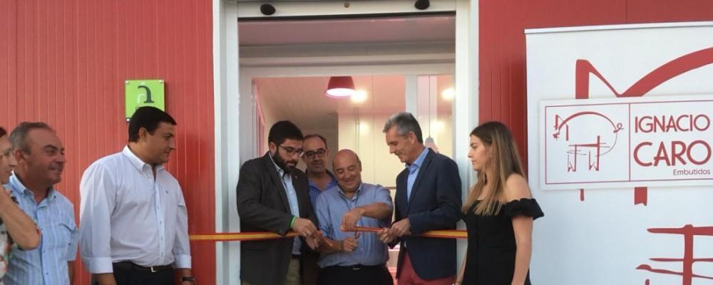 El presidente de la Diputación resalta el valor de las empresas familiares en la inauguración de Embutidos Ignacio Caro en Sanchidrián