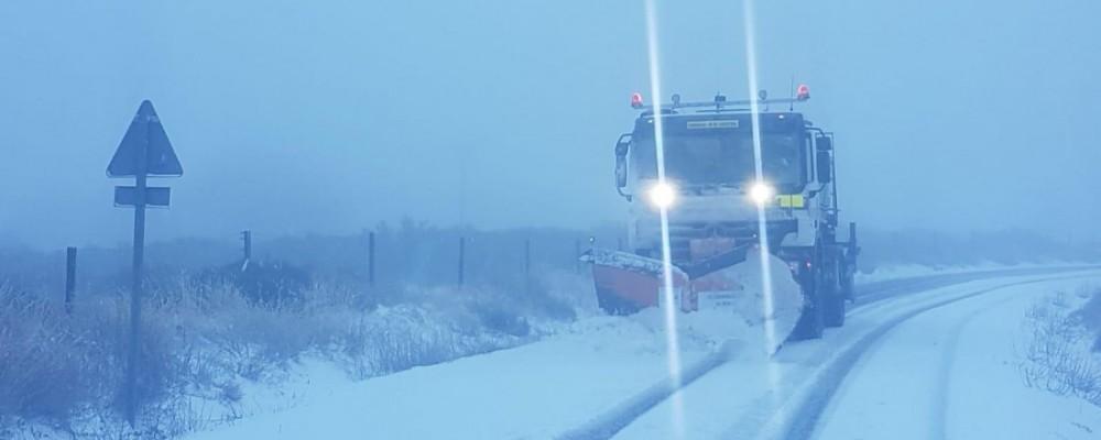 El dispositivo de vialidad invernal de la Diputación de Ávila actúa en cerca de 40 carreteras de la provincia afectadas por la nieve