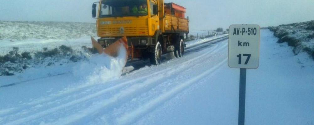 El dispositivo de vialidad invernal de la Diputación de Ávila actúa en una treintena de carreteras de la provincia afectadas por nieve