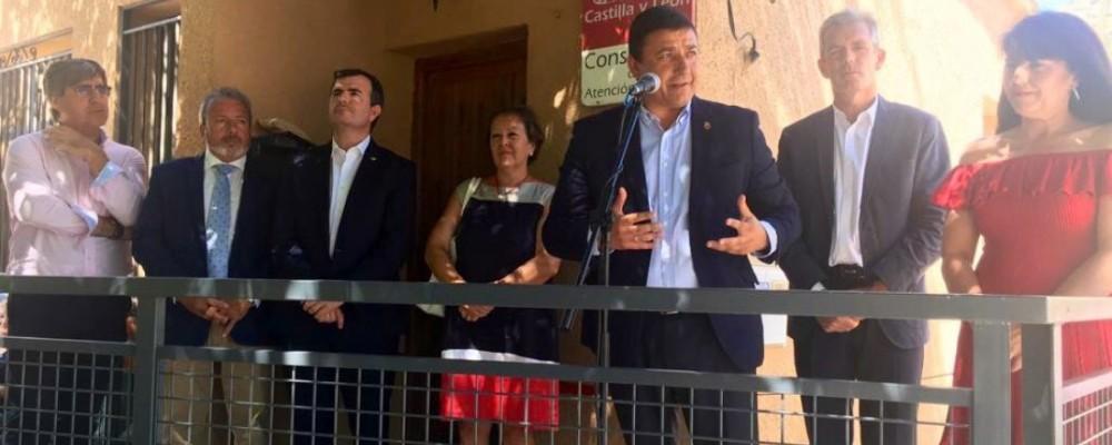 El presidente inaugura el consultorio y el parque infantil de La Angostura de Tormes