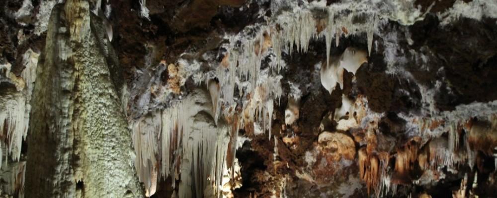 El geólogo David Domínguez pronuncia una conferencia sobre sus descubrimientos en las Cuevas del Águila