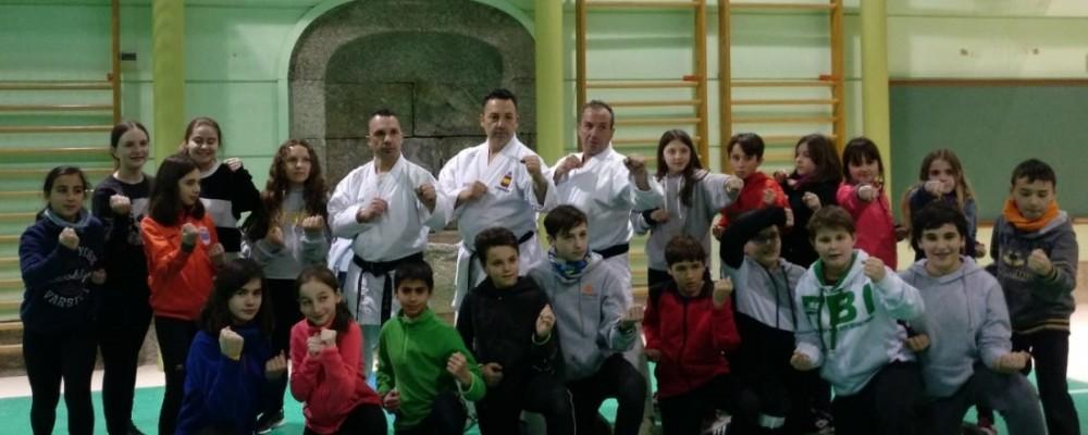 Los hermanos Egea acercan la práctica del kárate a medio centenar de alumnos en los Juegos Escolares de la Diputación de Ávila