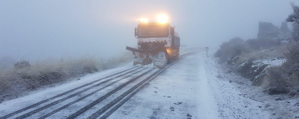 El operativo de vialidad invernal de la Diputación de Ávila interviene en una treintena de carreteras de la provincia afectadas por la nieve