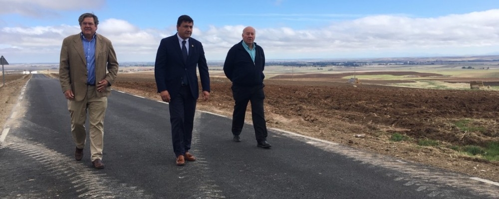 """García visita las obras de mejora de la AV-P-624: """"Hacemos provincia kilómetro a kilómetro"""