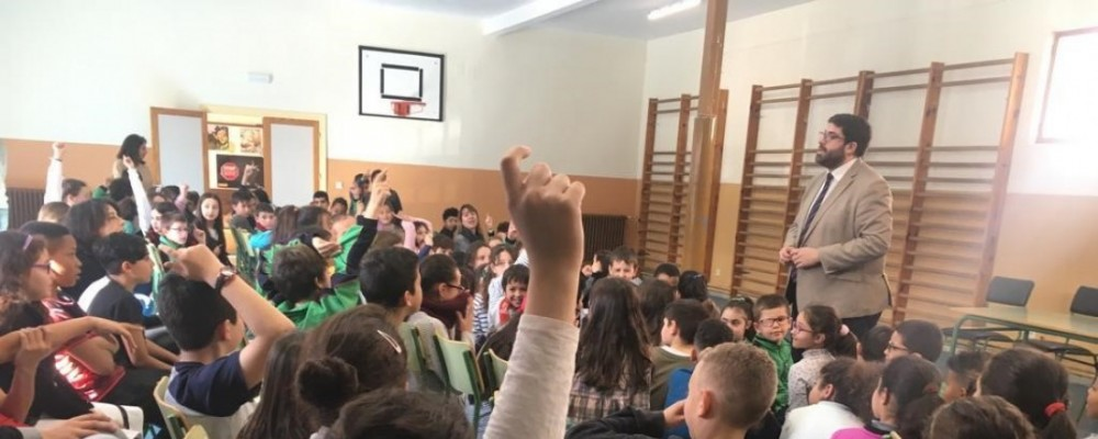 El presidente de la Diputación de Ávila explica el papel de la institución provincial a los alumnos del CEIP San Pedro Bautista