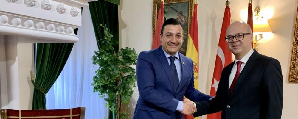 """El presidente se reúne con el embajador turco en España para """"fortalecer relaciones turísticas y comerciales"""""""