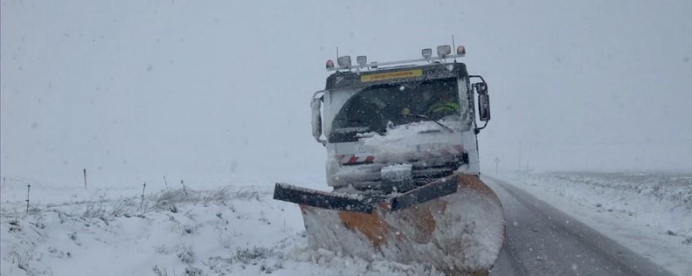 Más medios para despejar de nieve las carreteras de la red provincial de Ávila en una dura jornada