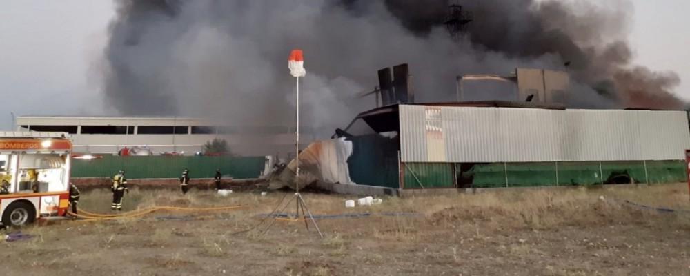 El incendio en una nave con materiales inflamables obliga a evacuar San Pedro del Arroyo