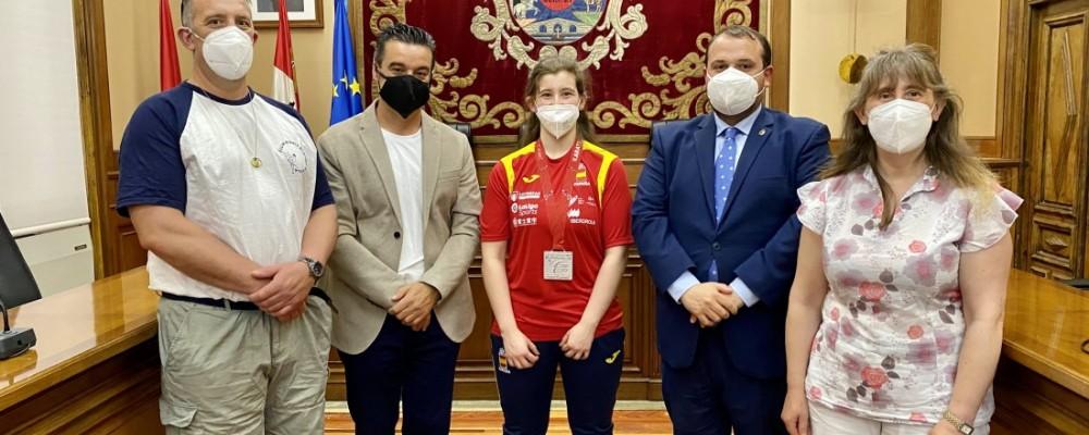La barcense Lucía Sánchez lleva su medalla de plata europea de parakárate al Palacio Provincial