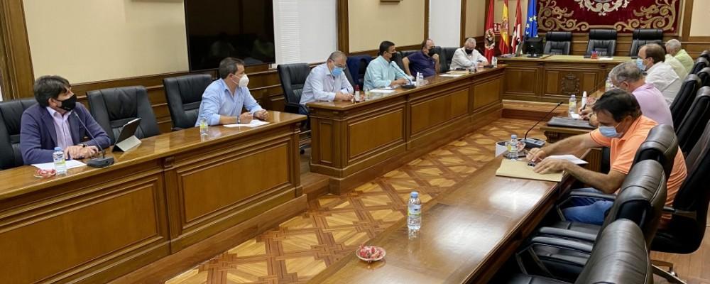 El presidente anuncia 200.000 euros para gestionar la compra y transporte de alimento para ganado
