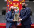 Antonio López recibe la Rosa del premio 'Florencio Galindo' de manos del presidente de la Diputación